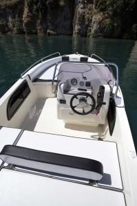 Fotografia dell'area di guida barca a motore open 5 metri