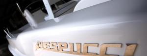 Foto del logo in acciaio di Vespucci Nautical