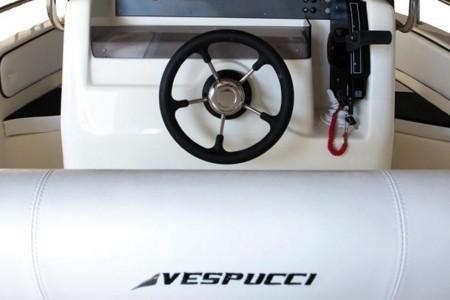 Fotografia di volante e logo sulla barca Open 20 Vespucci Nautical